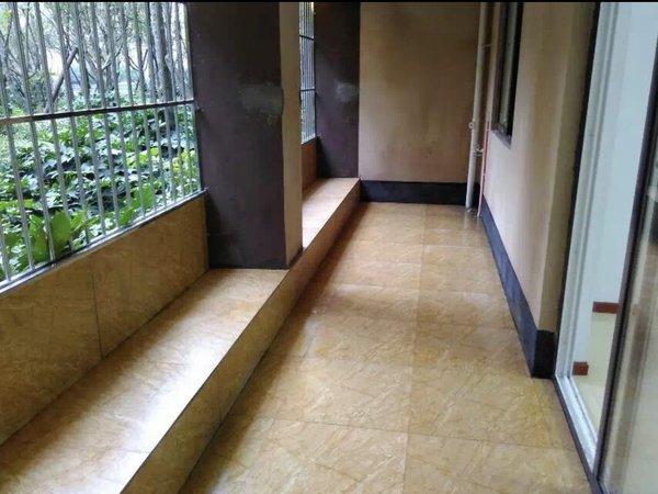 和都国际二期底楼住房简装出租,面积137平方,三室二厅